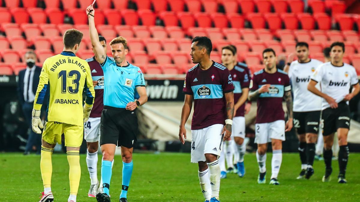 Pizarro Gómez muestra la tarjeta roja a Rubén Blanco.