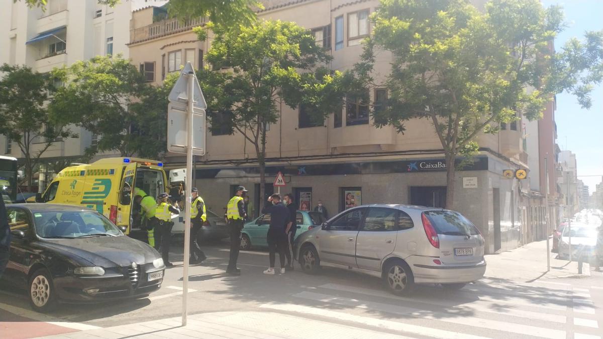 Momento en el que el hombre atropellado es trasladado a la ambulancia.