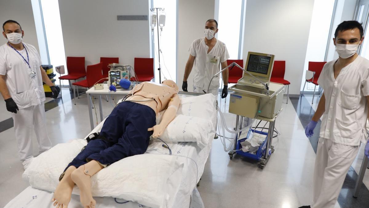Sanitarios del HUCA en un simulacro de pronación