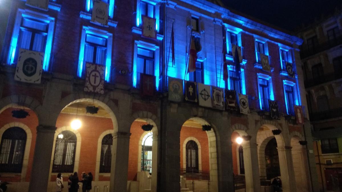 La fachada del Ayuntamiento de Zamora, iluminada de azul por el Día del Autismo.