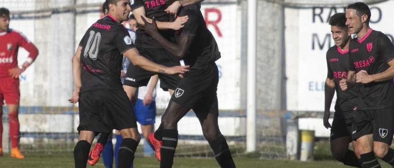 Los jugadores del Lealtad felicitan a Saha tras marcar un gol en Grado.