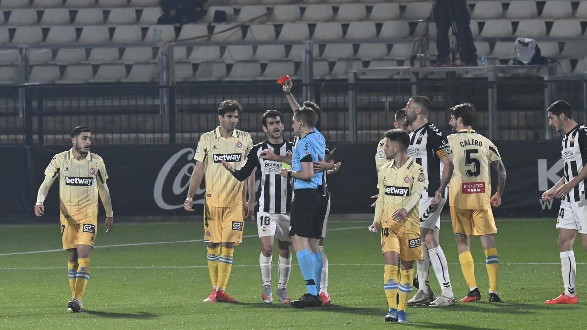El colegiado del encuentro, Gorostegui Fernández-Ortega, expulsa a Iago Indias por doble amarilla en el Castellón-Espanyol.