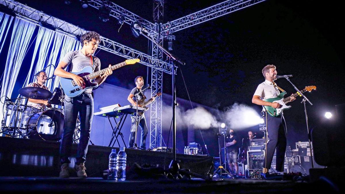 El grup Manel en la seva actuació d'ahir, 14 d'agost, al Portalblau