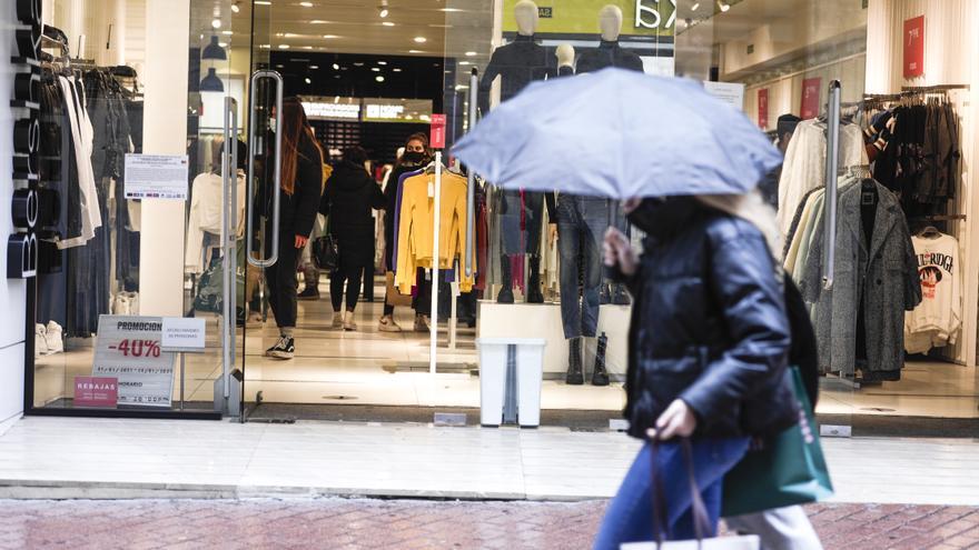 La lluvia arruina el primer día oficial de rebajas invernales
