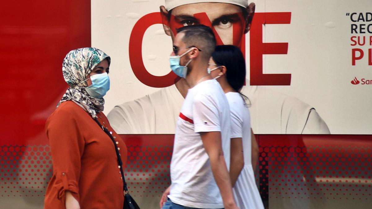Usuarios pasean por las calles Murcia con la mascarilla puesta, ayer por la tarde.