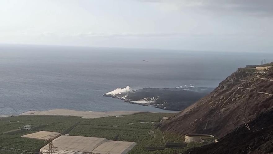 La marina del puerto de Tazacorte opera con total normalidad pese al volcán de La Palma