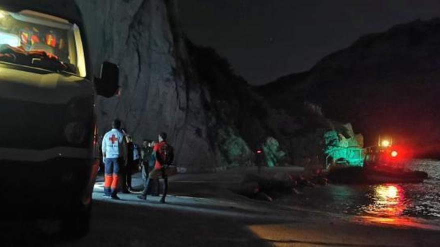 Sacan en helicóptero a 22 atrapados en una cala sin acceso de Xàbia