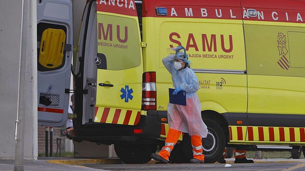 Una sanitaria de emergencias protegida con EPI frente al coronavirus.