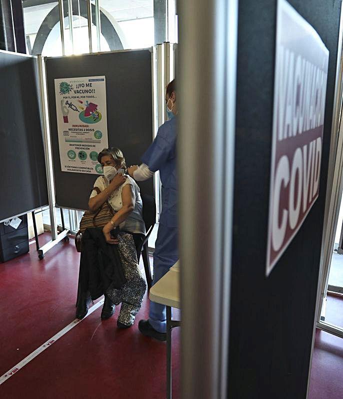 Juanita Majada y la enfermera Yorleyda Bastidas, en los boxes habilitados en La Magdalena. | Ricardo Solís