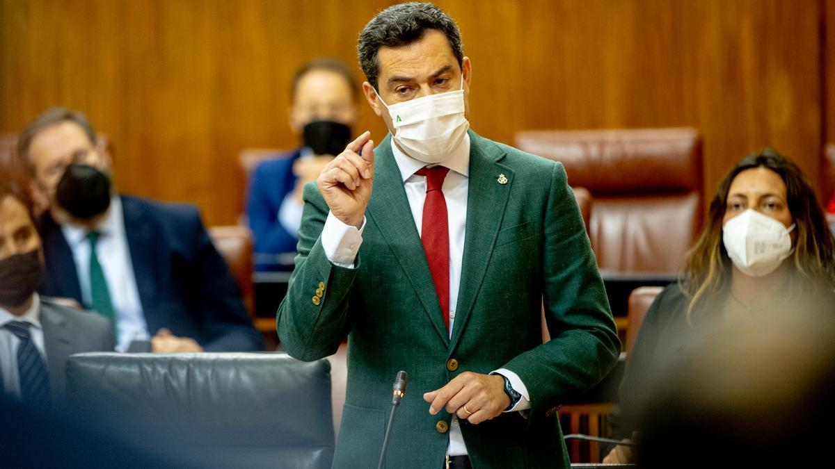 El presidente de la Junta, Juanma Moreno, responde a la preguntas de los grupos parlamentarios en la sesión de control al gobierno en el Parlamento andaluz
