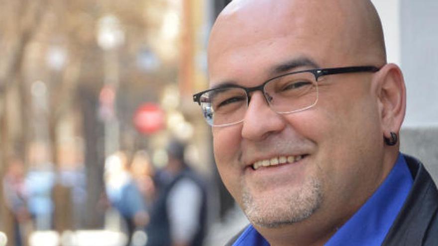 "El escritor canario Alexis Ravelo, premio novela Café de Gijón 2021 por ""Los nombres prestados"""