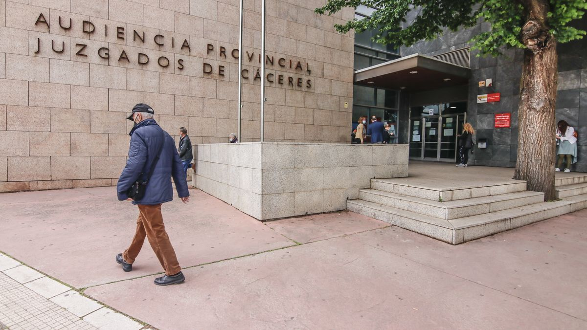 Una imagen de archivo del palacio de justicia de Cáceres.