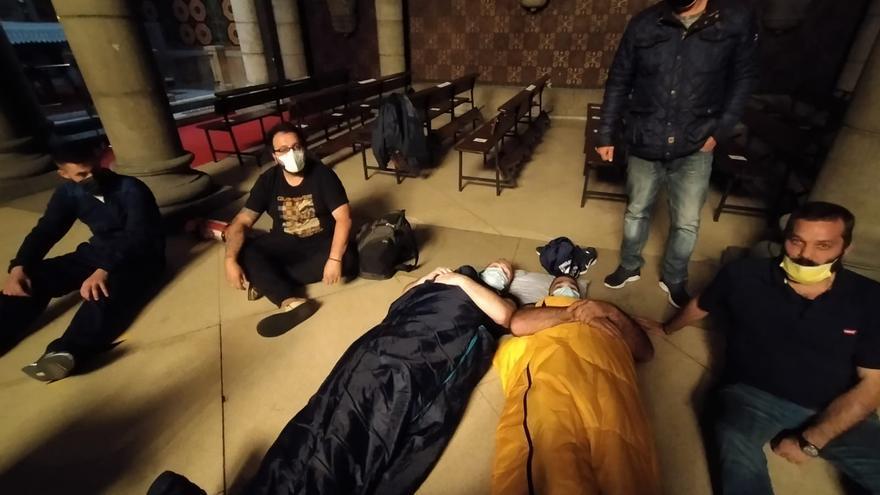 Un grupo de hosteleros de La Felguera se encierran en la iglesia de San Pedro