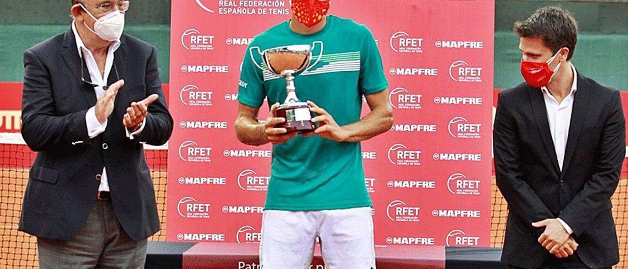 Pablo Carreño, en el centro, con el trofeo de ganador del torneo Mapfre en Barcelona.