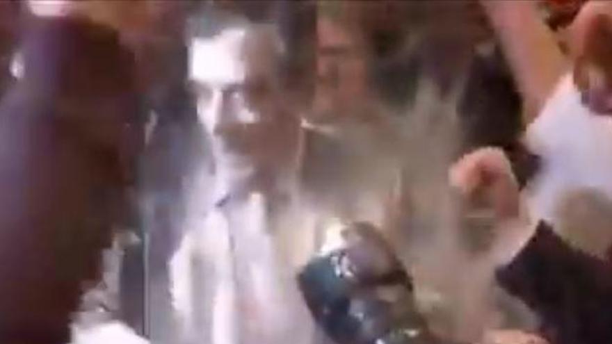 VÍDEO: Llancen un paquet de farina al candidat conservador francès François Fillon