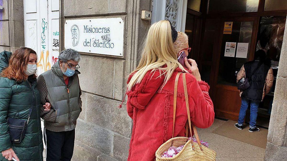 Varias personas aguardan para recoger alimentos en el comedor Misioneras del silencio.