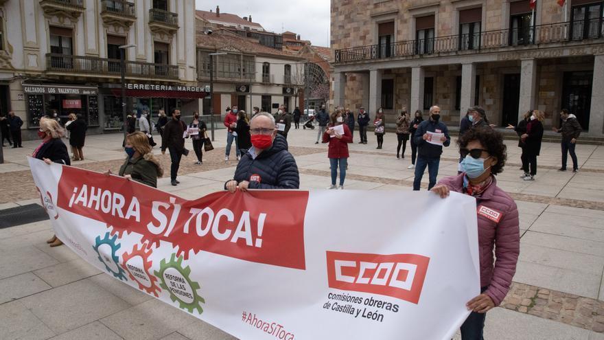 """Medio centenar de zamoranos respalda la manifestación de los sindicatos """"Ahora sí toca"""""""
