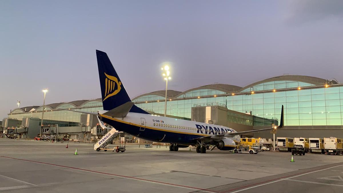 Imagen del avión que arrancó ayer la ruta entre Alicante y Tenerife