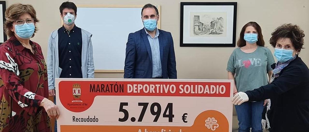 El Ayuntamiento de Ibi entrega a Cáritas los 5.794 € recaudados del Maratón Deportivo Solidario