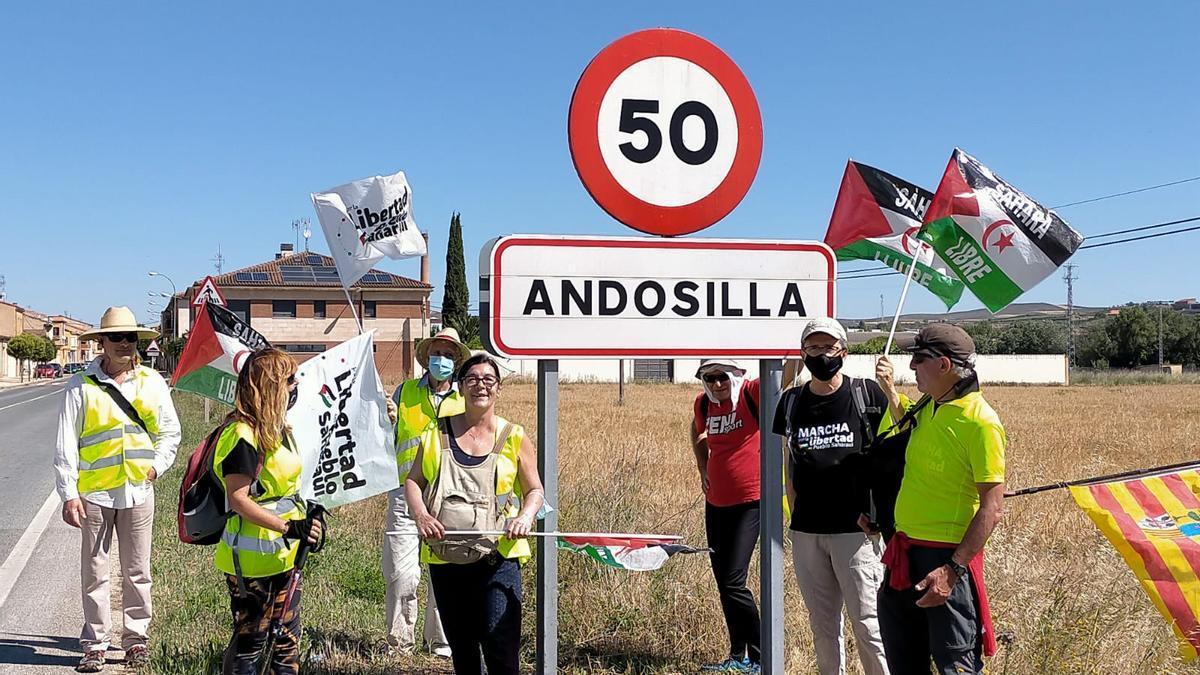 Los participantes, este mediodía, a la entrada de Andosilla, en Navarra.