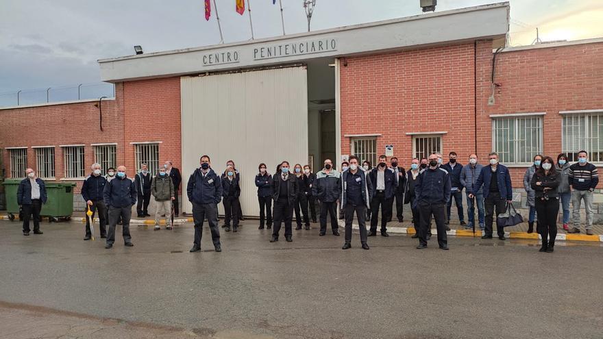 Funcionarios de prisiones se concentran en apoyo al compañero agredido por un preso