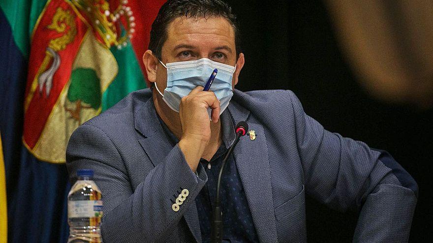 El alcalde destituye a Dácil León y Juan Roque de sus cargos en el gobierno local