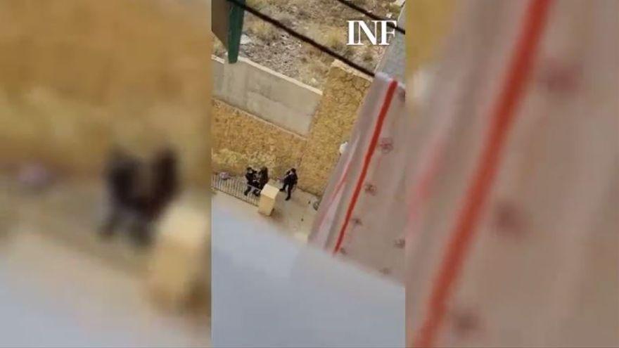 Vídeo: Un policía pega una bofetada a un indigente en Alicante