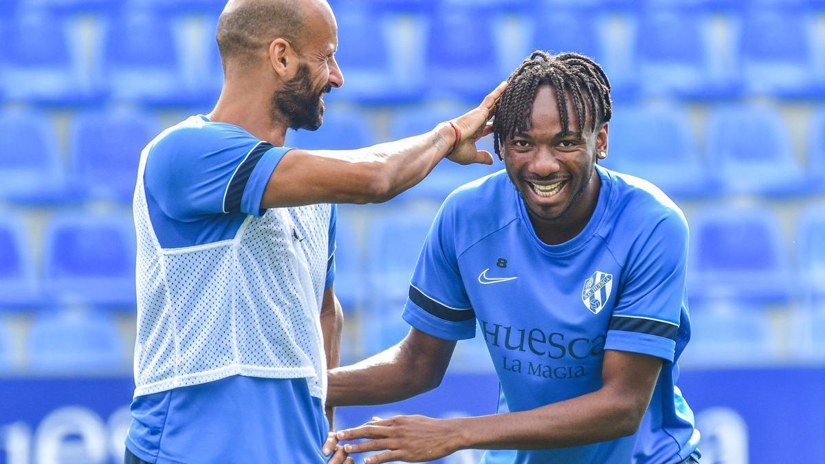Mikel Rico y Nwakali bromean durante un entrenamiento.