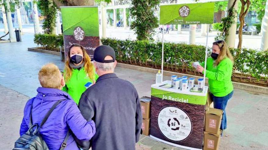 Alzira pasa de ser pionera a liderar la recogida selectiva de la basura en casa