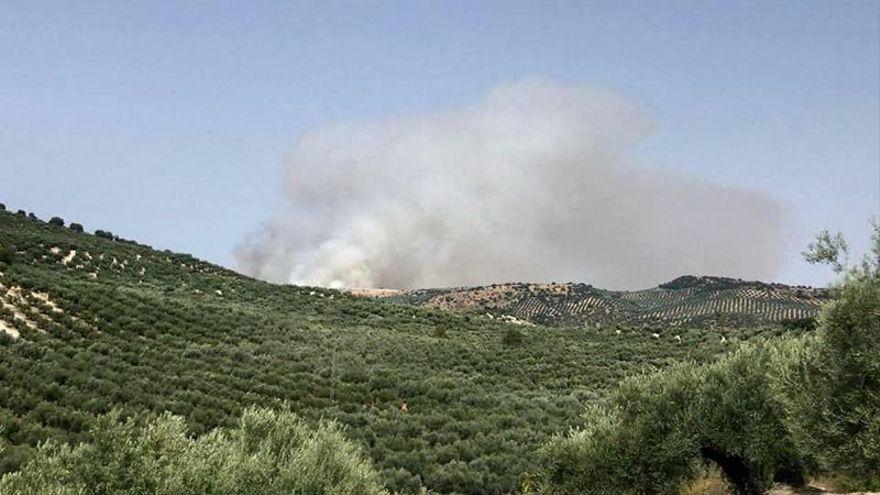 El Infoca establiza el incendio de la sierra Gaena en Cabra tras reavivarse