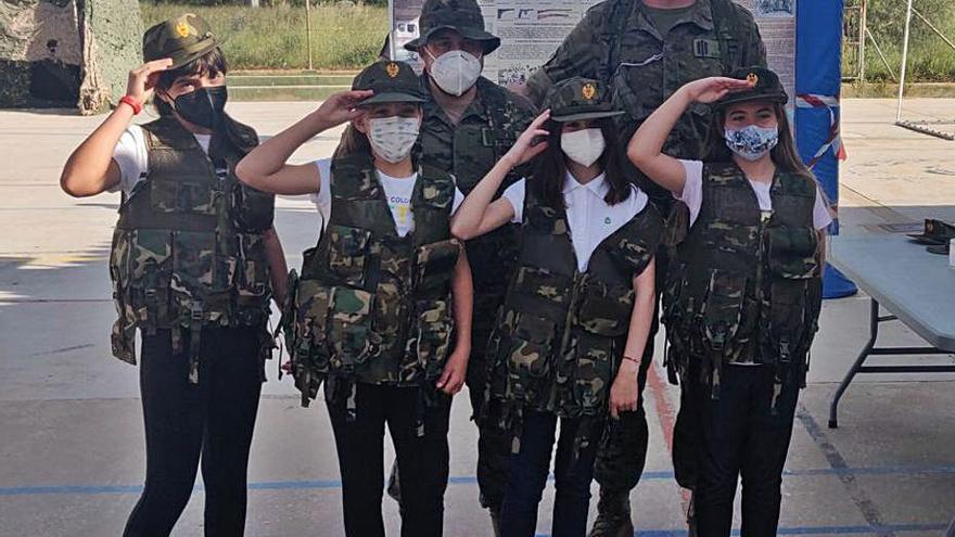 Xeraco Una companyia de l'Exèrcit fa maniobres i conviu amb els escolars del municipi