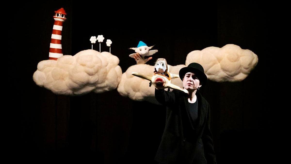 Mariso García actuando con marionetas.