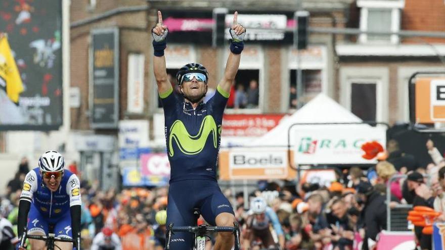 Alejandro Valverde se exhibe y se adjudica su cuarta Lieja-Bastoña-Lieja con un homenaje a Scarponi