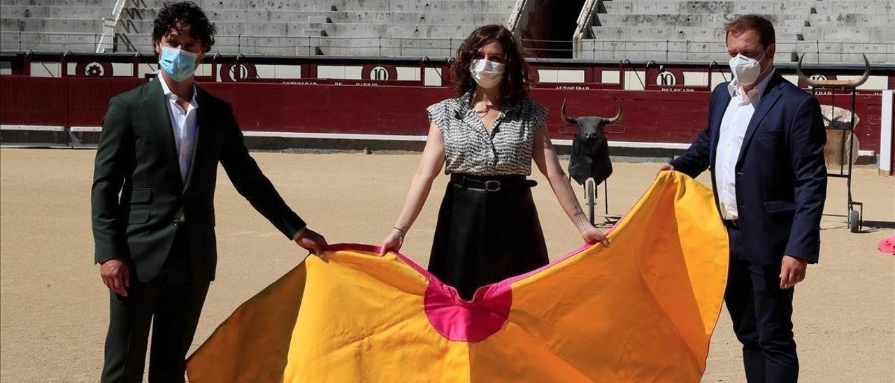 Isabel Diaz Ayuso, el pasado 17 de julio, con el director del Centro de Asuntos Taurinos de Madrid, el torero Miguel Abellán (i) y el asesor taurino de su gobierno Enrique Alcorta.