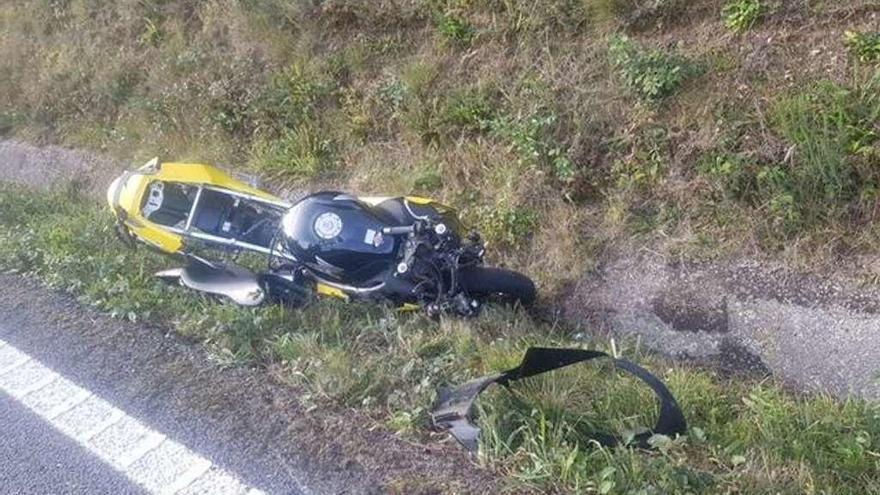 Dos fallecidos en una salida de vía en Alfoz y un choque entre dos vehículos en Carballo