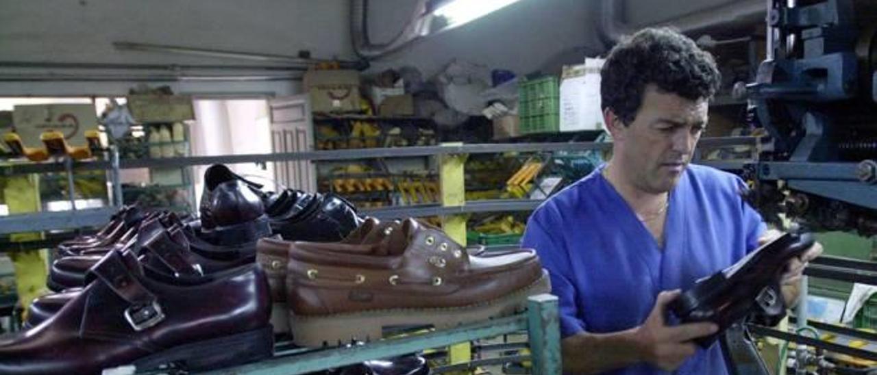 Un trabajador del sector del calzado en una fábrica de Elche, donde se fabrica calzado de hombre.