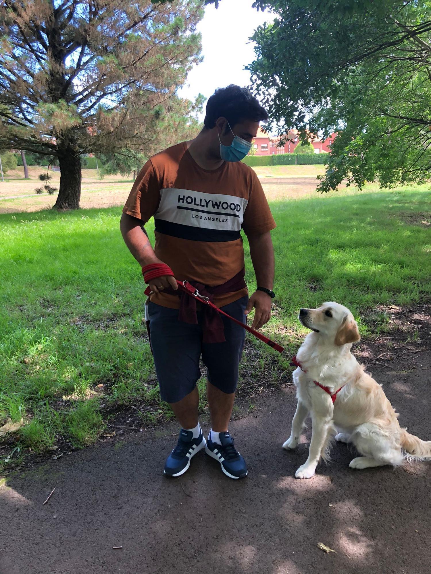 Luis Alberto Villullas con su perra Cova.jpeg