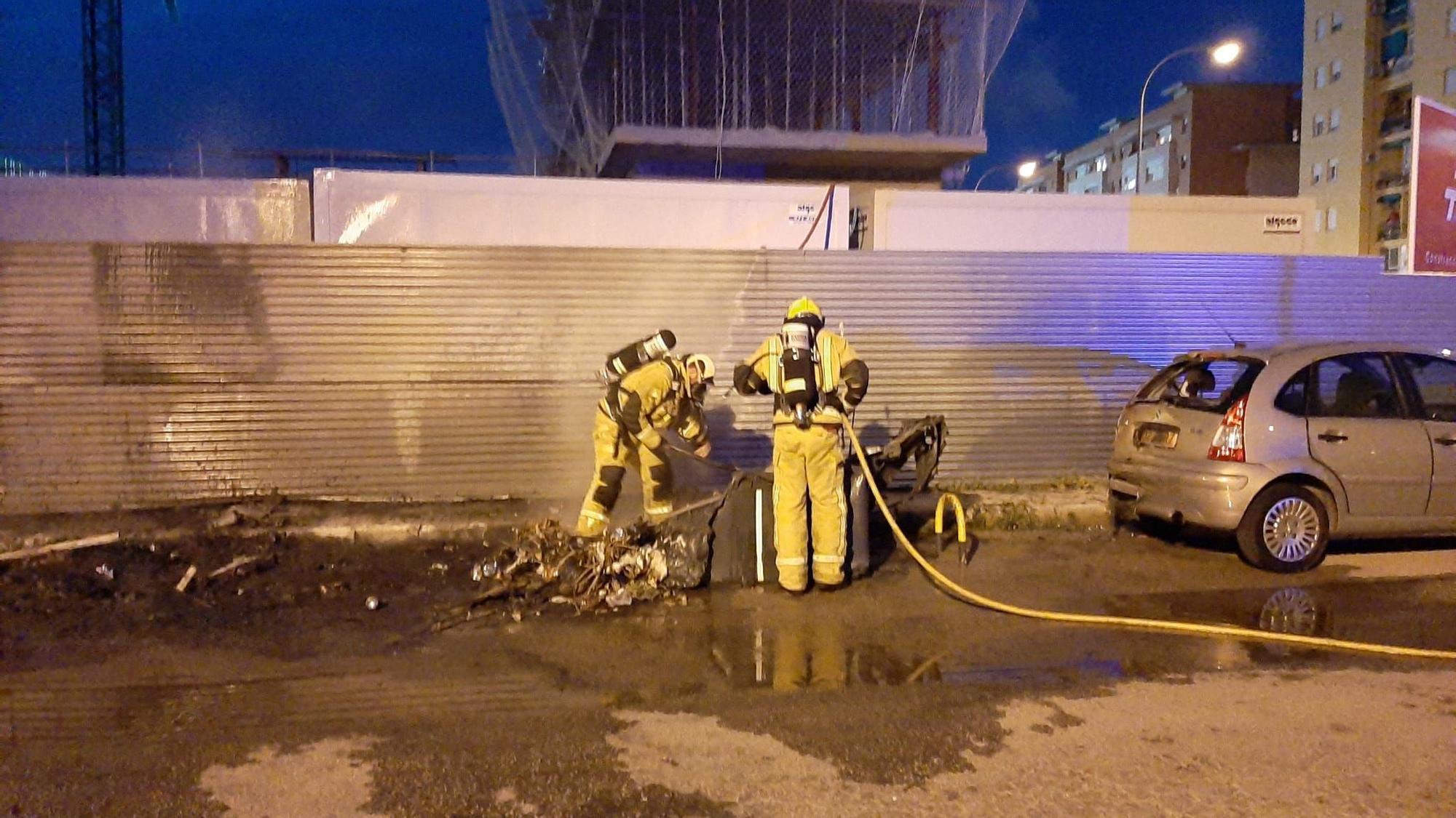 Incendio de contenedores en el Molinar