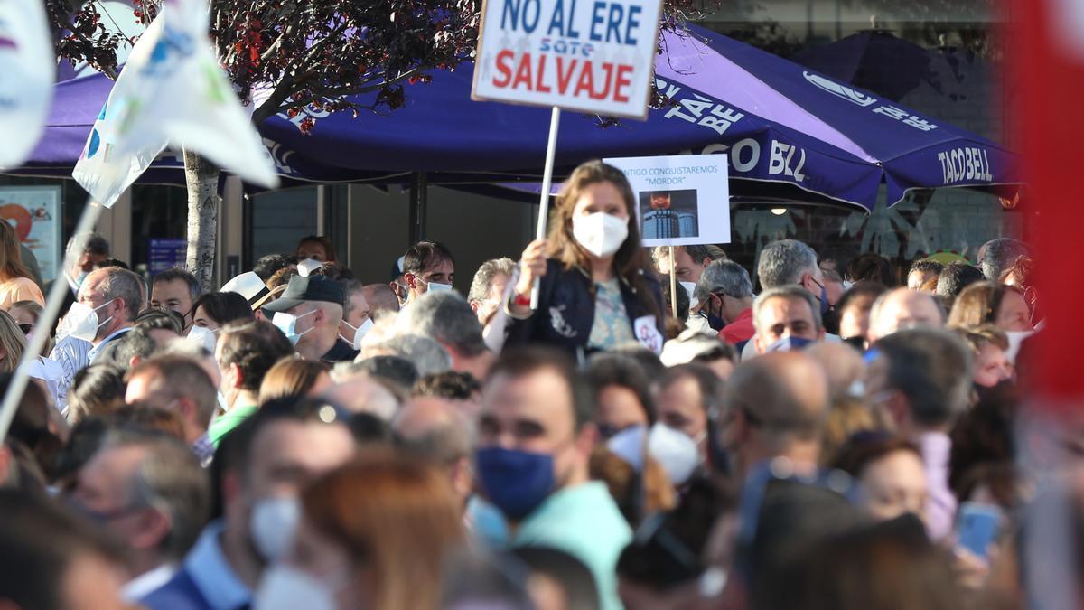Una dona amb un cartell durant una concentració contra l'ERE de Caixabank en les Torres Kio el passat 20 de maig.