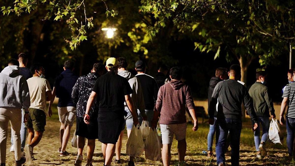 Imagen de archivo de un grupo de jóvenes en un botellón