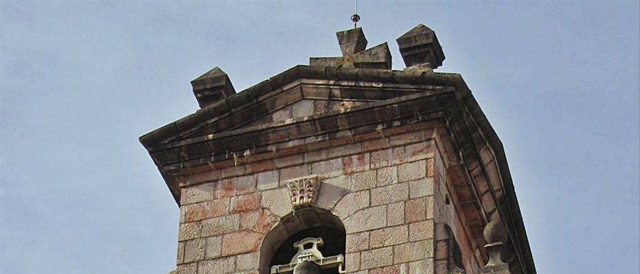 Espadaña de  la iglesia de Cangas de Onís. | J. M. C.