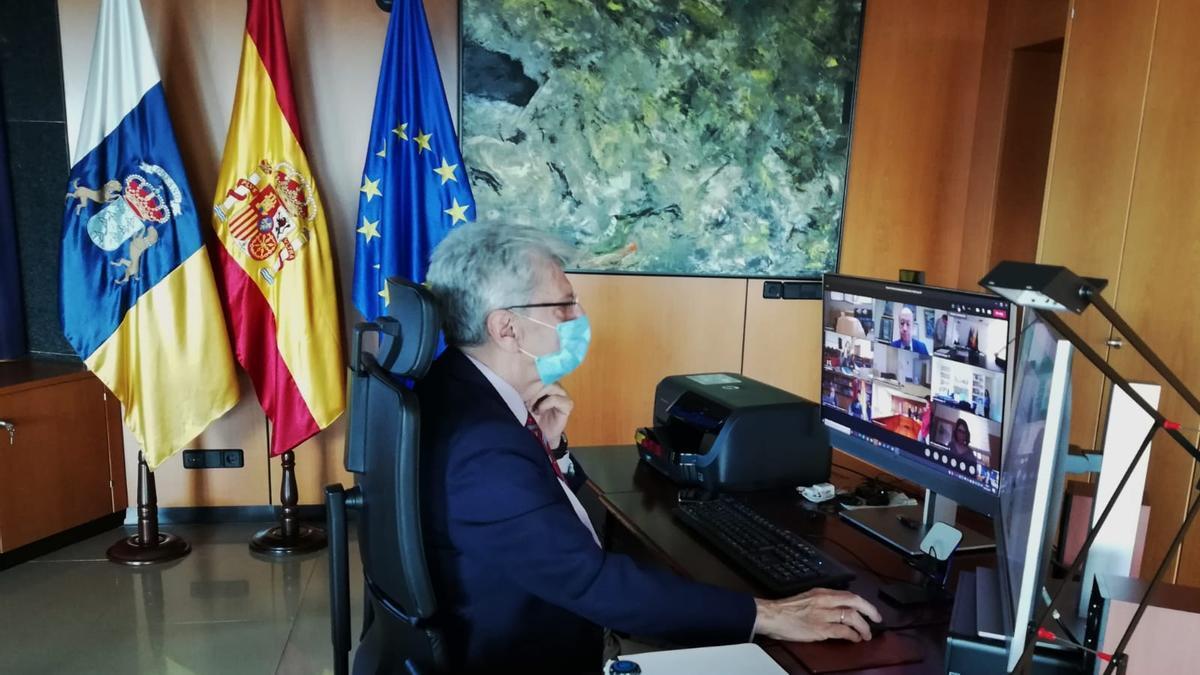 El consejero de Administraciones Públicas, Justicia y Seguridad, Julio Pérez, durante la conferencia por vía telemática.