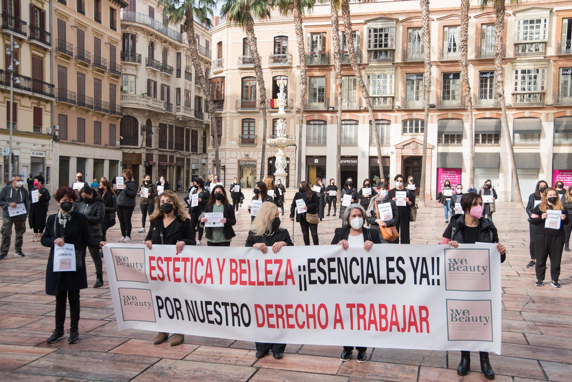 Protestas del sector de los centros de belleza y estética en la plaza de la Constitución