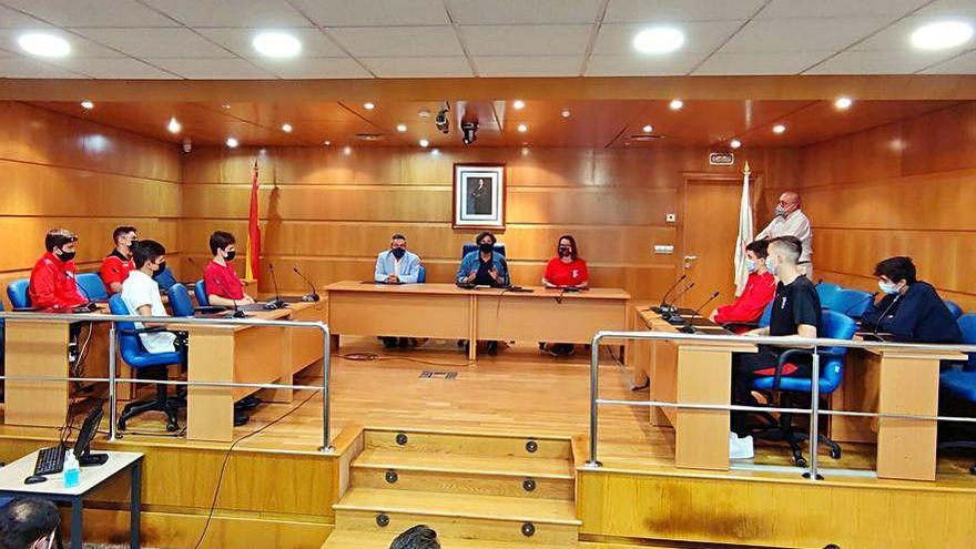 La alcaldesa de Porriño recibe a los equipos del Campeonato de España de balonmano