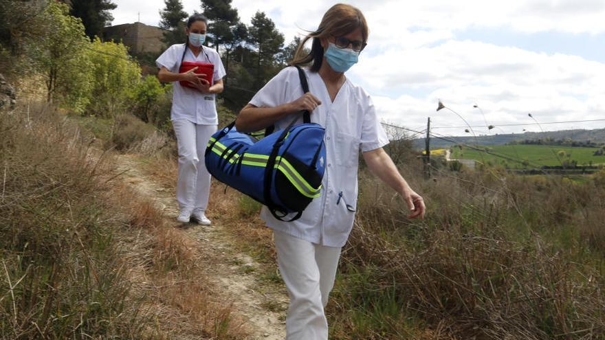 La vacunació al món rural: servei a domicili i recorreguts a peu per corriols per fer arribar les dosis