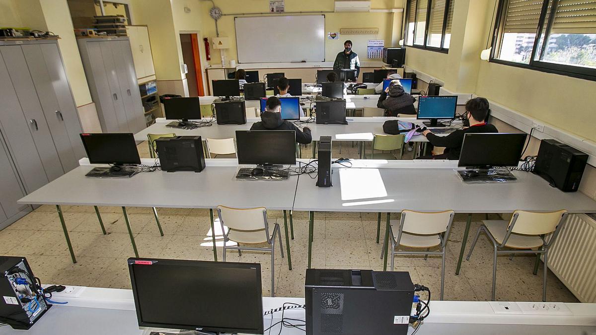 Aula en un instituto de la provincia esta semana, con gran ausencia de alumnos por el temor de las familias a los contagios.