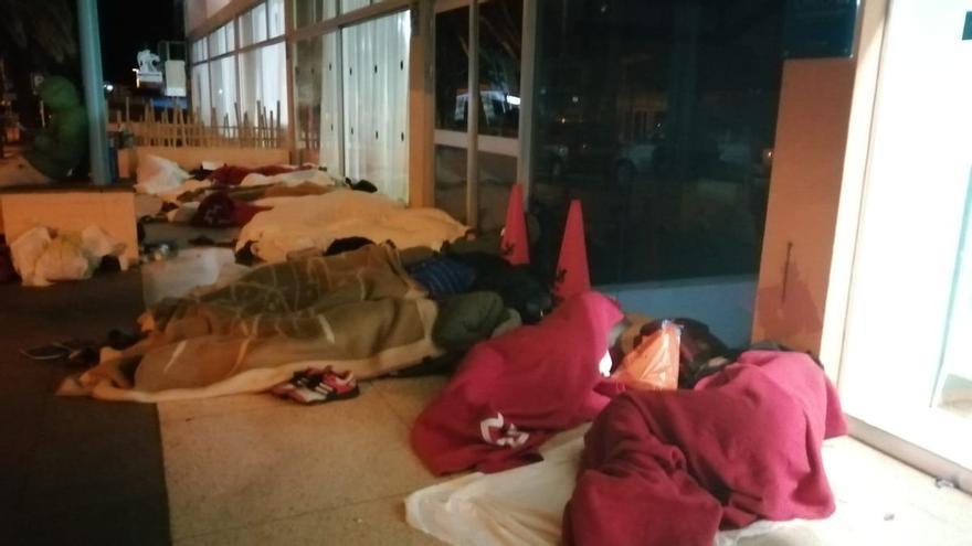 Más de 40 menores migrantes pasan la noche en el exterior de un hotel de Canarias