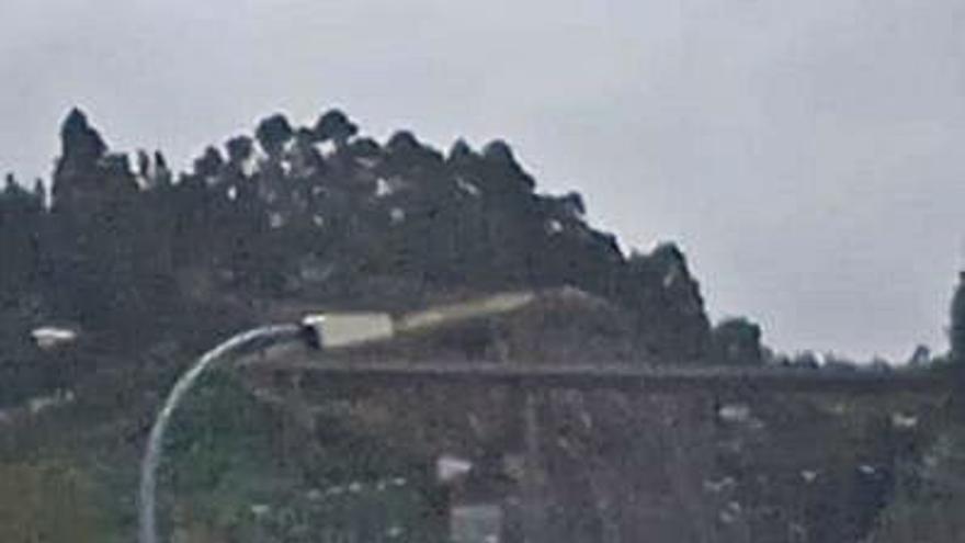 El accidente de un camión bloquea la salida de la ciudad por la autopista en O Temple