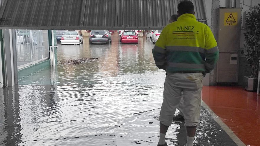 Inundaciones, cortes de tráfico y naves anegadas en Fuente del Jarro
