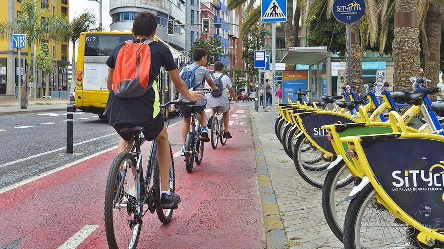 Más de 2.100 bicicletas y patinetas pasan a diario por el carril de León y Castillo